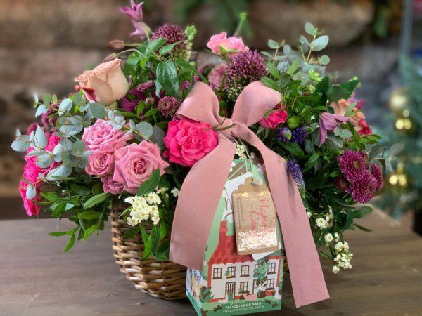 Cesta mimbre decorada con flores
