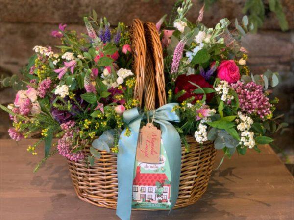 Cesta-mimbre-flores-silvestres-magnolia